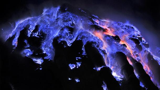 Blo Lava vum Ijen Vulkan an Indonesien